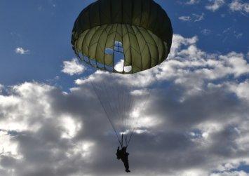 Αλεξιπτωτιστής μπλέχτηκε σε καλώδια της ΔΕΗ μετά την πτώση από C-130