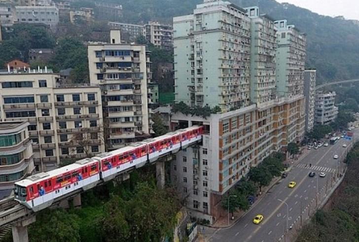 Τρένο περνά μέσα από πολυκατοικία στην Κίνα!