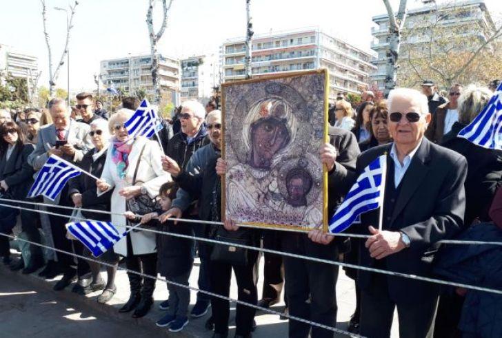 Πολίτες τραγουδούσαν «Μακεδονία ξακουστή» στην παρέλαση της Θεσσαλονίκης
