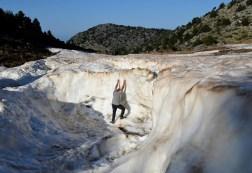 Εντυπωσιασμένος ο Σάκης Αρναούτογλου από το χιόνι που παραμένει στα βουνά της Κρήτης