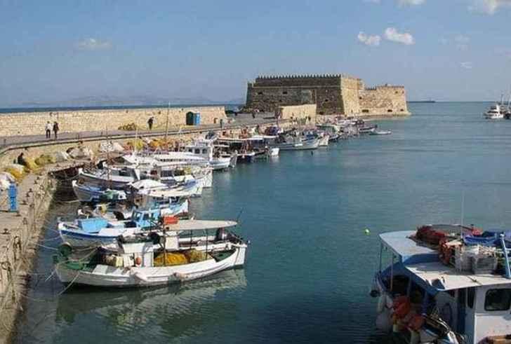 Θαλάσσια ρύπανση από κηλίδα στο λιμάνι του Ηρακλείου