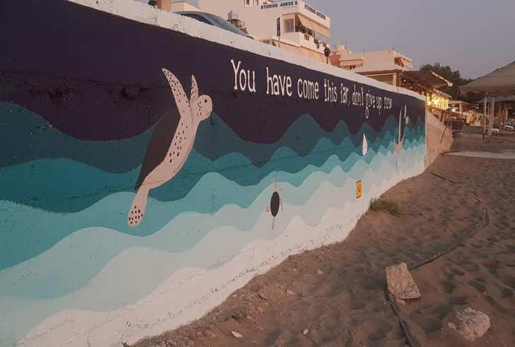 Έργο τέχνης με θέμα την χελώνα καρέτα-καρέτα κοσμεί την παραλία του Καλαμακίου (φώτο)