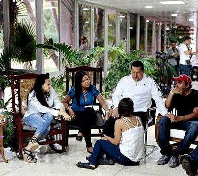 Chávez acompañado de sus hijos en el hospital de la habana