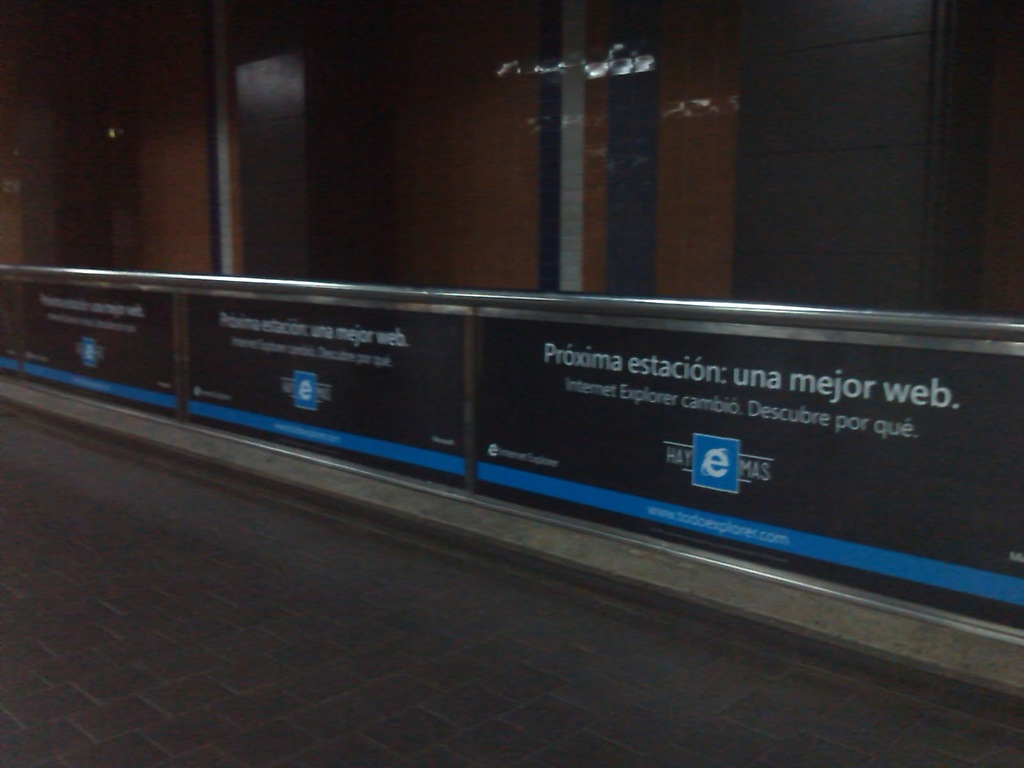 Publicidad de Internet Explorer (software privativo) en la Estación Altamira del Metro de Caracas