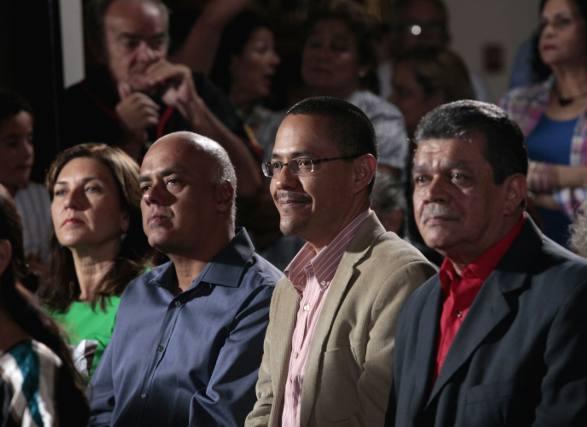 El Ministro de Comunicación e Información Ernesto Villegas y la Jefa de Gobierno del Distrito Capital Jaqueline Farías, durante la misa de fin de año en solidaridad con el Presidente Hugo Chávez.