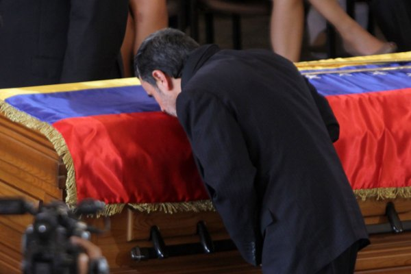 Mahmud Ahmadineyad besa el feretro del Comandante Chávez