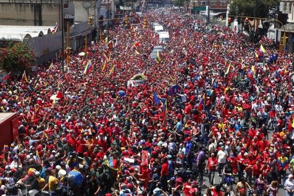 El pueblo acompaña a Chávez en la Av. san Martín de Caracas