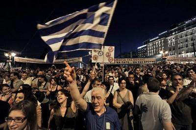 Miles de manifestantes protestaron frente al Parlamento y rechazaron la medida