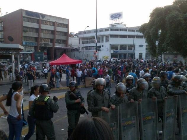 Difícil situación se presentó este domingo en Los Ruices, opositores radicales han acosado de forma violenta el punto rojo allí ubicado