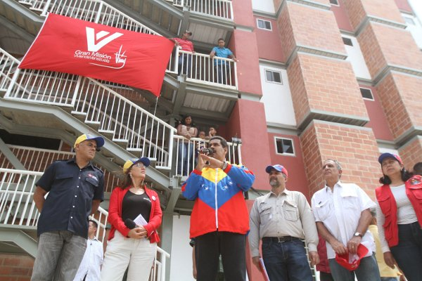 Presidente Maduro entrega viviendas en El Valle, Caracas