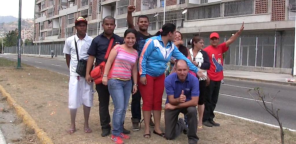 chavistas de juan vives suriá posan para aporrea y declaran su actitud pacifista pero en alerta permanente