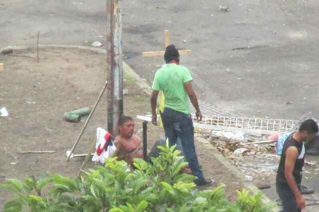 Joven amarrado a un poste por manifestantes opositores frente a barricada en Los Mangos, Ciudad Guayana.