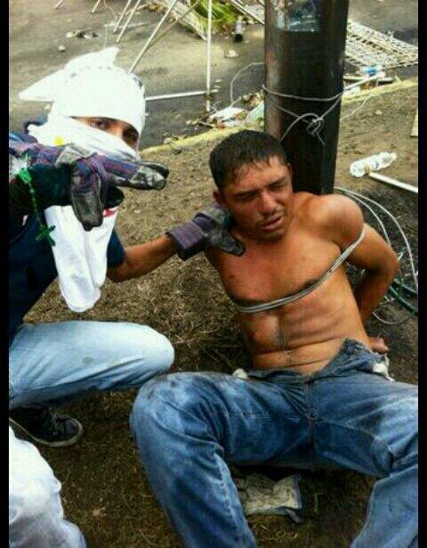 Joven amarrado a un poste por manifestantes opositores en Los Mangos, Ciudad Guayana.