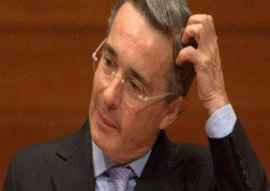 El caso Uribe fue planteado en el senado colombiano por el senador Iván Cepeda, quien presentó un informe que incluye investigaciones sobre la expedición de permisos de vuelo a los aviones de Pablo Escobar Gaviria