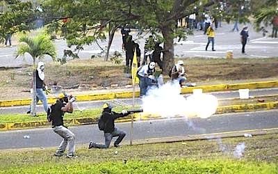 Esta imagen muestra a los violentos estudiantes de derecha disparando con morteros