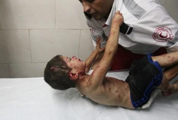 Niño palestino herido clama por su padre