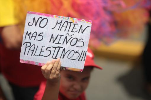 consignas y pancartas  en marcha solidaria con el pueblo palestino