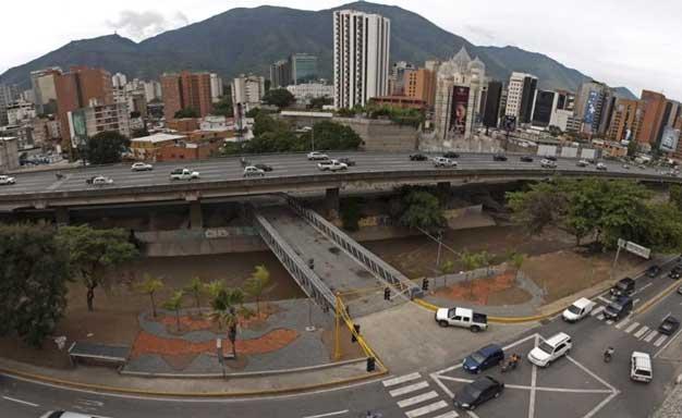 Puente sobre el río Guaire en Bello Monte, Caracas