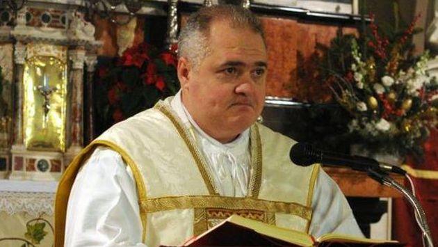 Maks Suard durante una misa