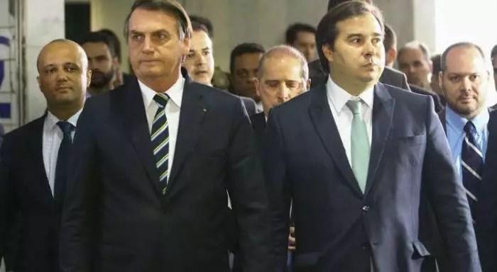 Não adianta Gilmar Mendes e Maia repudiarem o ataque de Bolsonaro. Tem que perguntar por que Queiroz depositou na conta de Michelle