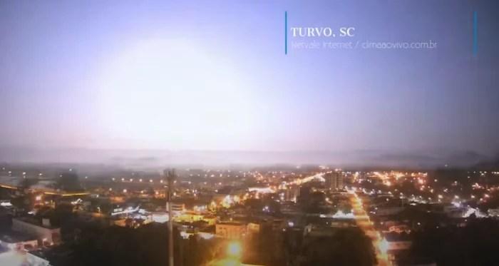 Vídeo – Meteoro enorme explode céu no RS e SC e faz noite virar dia.
