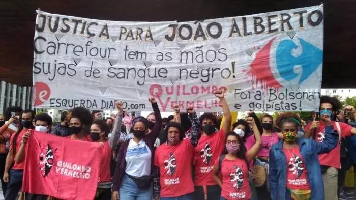 VÍDEO: Manifestantes tomam o Carrefour de Porto Alegre, contra o assassinato de rapaz negro .