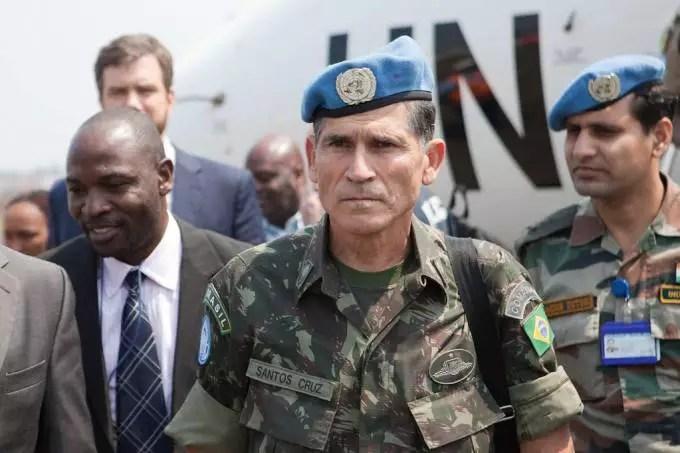 Gen. Santos Cruz diz que Pazuello vincula o gov. Bolsonaro às Forças Armadas