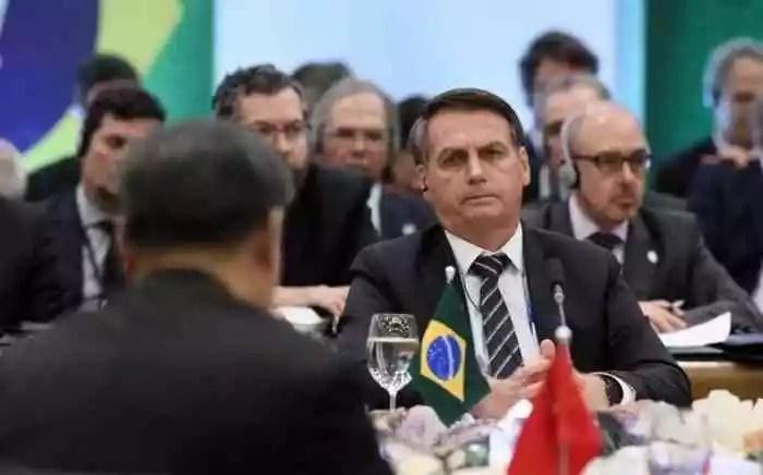 Bolsonaro ataca a China para esconder o próprio fiasco na pandemia.