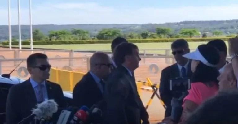 Bolsonaro foge de entrevista após pergunta sobre sigilo bancário do seu filho Flávio