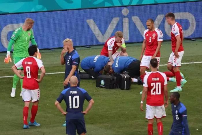 Partida da Euro é interrompida após desmaio de jogador dinamarquês, em cena chocante.