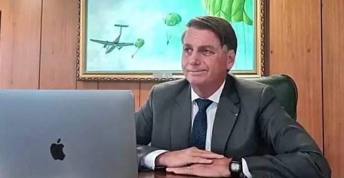 """Vídeo: Bolsonaro """"peida"""" ao vivo, em entrevista à rádio Arapuã."""