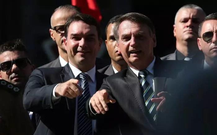 TSE diz que 'rachadinha' é motivo para inelegibilidade e atinge Flávio Bolsonaro em cheio.