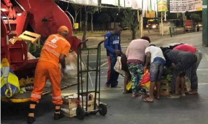 FOME: Pessoas cercam lixo em busca de comida, em BH.