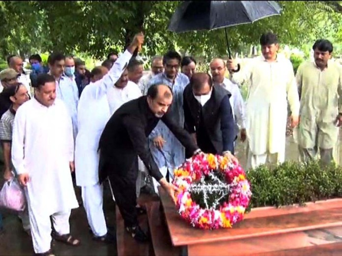 ISLAMABAD: August 25 - Senator Shibli Faraz, Federal Minister for Information and Broadcasting laying floral wreath at the grave of his father, famous poet, Ahmad Faraz. APP