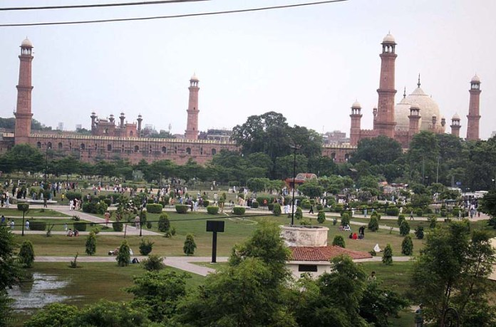 LAHORE: August 23 - A view of historic Badshshi Mosque as the large number of people visiting the greater Iqbal Park in provincial capital. APP photo b Rana Imran
