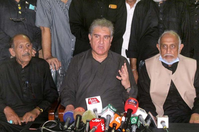 MULTAN: August 28 – Foreign Minister Makhdoom Shah Mehmood Qureshi talking to media at Imambargah Hussainabad Daulat Gate. APP photo by Tanveer Bukhari