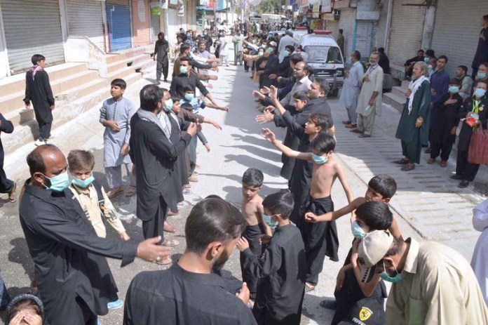 QUETTA: August 27 - Mourners beating themselves during seventh procession of Muharram-ul Haram. APP photo by Mohsin Naseer