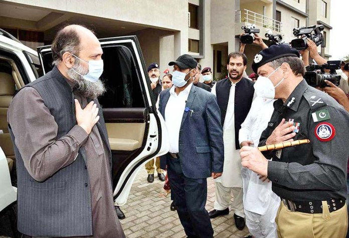 QUETTA: August 26 – Chief Minister Balochistan Jam Kamal Khan being received by IG Police Mohsin Hasan Butt at Central Police Office. APP
