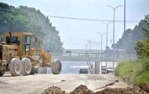 ISLAMABAD: September 18 – A view of construction work of underpass on Islamabad Express Way. APP photo by Sadia Haidari