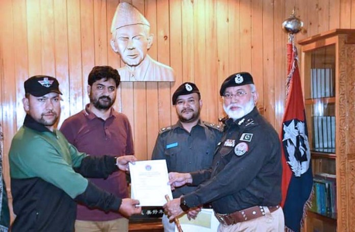 GILGIT: September 04 - Inspector General of Police Gilgit-Baltistan Dr Mujeeb Ur Rehman distributing certificates among the police personnel on best duty performance in Muharramul Haram at CPO. APP photo by Ashraf Hussain Nasiri
