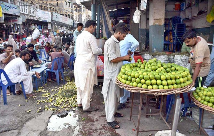 FAISALABAD: September 30 - A vendor displaying season fruit (Mittha) to attract the customers at Jhang Bazaar. APP photo by Muhammad Waseem