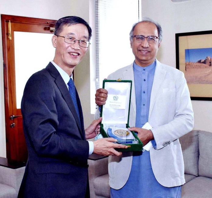 ISLAMABAD: September 17 - Adviser to the Prime Minister on Finance and Revenue, Dr. Abdul Hafeez Shaikh presenting an honorary shield to the Ambassador of the People's Republic of China to Pakistan, H.E. Yao Jing on the occasion of a farewell call on at the Finance Division. APP