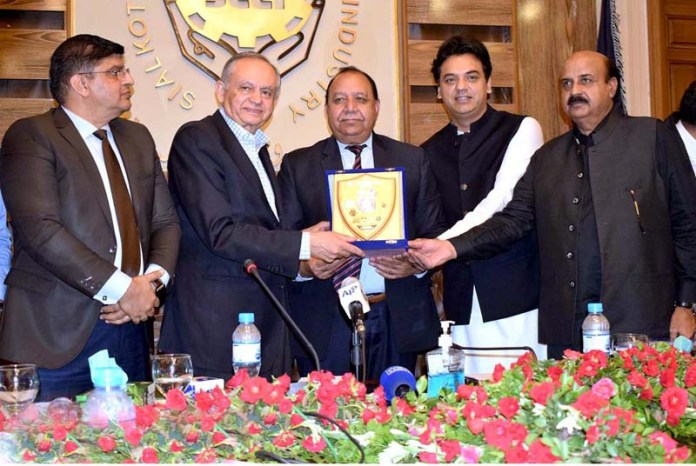 SIALKOT: September 12 - SPAM for Youth Affairs Usman Dar, President Chamber Malik Muhammad Ashraf Awan presenting a shield to Advisor to Prime Minister on Commerce, Textile and Investment Abdul Razzaq Dawood at SCCI. APP Photo by Munir Butt