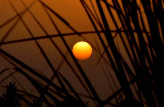 LAHORE: September 25 – An attractive view of sunset over the city. APP Photo by Mustafa Lashari