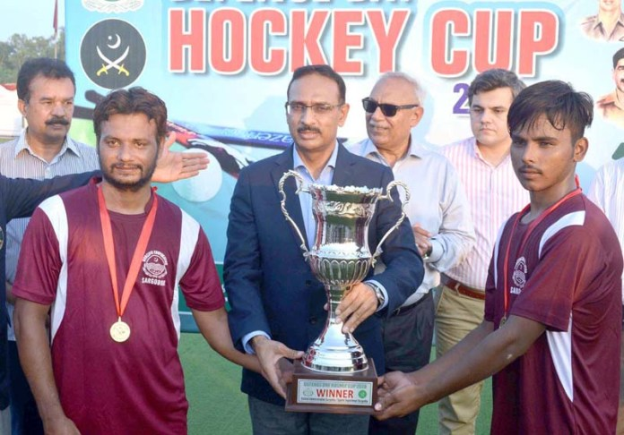 SARGODHA: September 07 - GOC 3 Air Defense Division Maj. Gen. Asif Mahmood Goraya awarding winning trophy during Defence Day Hockey Cup at Astroturf Hockey Stadium organized by Sports Department. APP photo by Hassan Mahmood