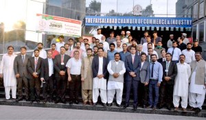 FAISALABAD: September 21 - Group photo of FCCI members with Special Advisor to Prime Minister and Chairman PM Youth Program Usman Dar and Federal Parliamentary Secretary for Railways Mian Farrukh Habib during their visit to Faisalabad Chamber of Commerce & Industry (FCCI). APP photo by Tasawar Abbas