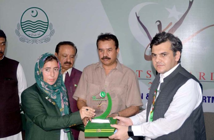 SARGODHA: September 03 - DC Sargodha Abdullah Nayer Shaikhe and Divisional Sports office Shah Manzoor Fareed distributing awards during Sports Award of Excellence 2020 in eecognition of National & International Players orgnizd by Sports Departmint Sargodha at Sports Gymnasium. APP photo by Hassan Mahmood