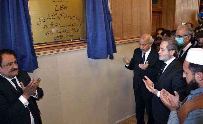 QUETTA: September 30 - Chief Justice of Pakistan Justice Gulzar Ahmed offering dua after inaugurating the renovation of Kehchari building. APP