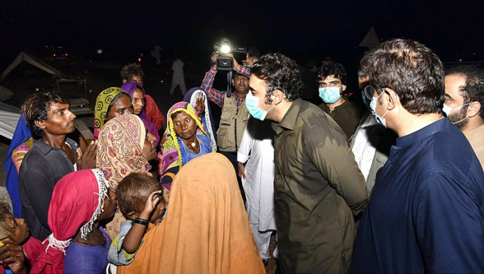TANDO BAGO: September 11 – PPP Chairman Bilawal Bhutto Zardari along with Sindh Chief Minister Syed Murad Ali Shah interacting with flood affectees during their visit to flood affected areas and relief camps. APP photo by Akram Ali