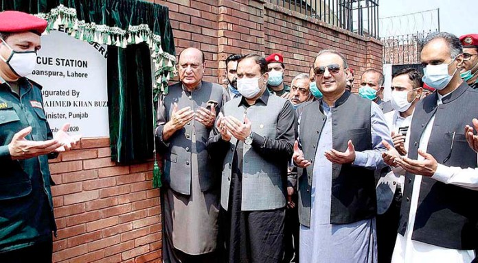 LAHORE: September 07 – Punjab Chief Minister Sardar Usman Buzdar offering dua after inaugurating Rescue 1122 Station near Harbanspura Ring Road. APP